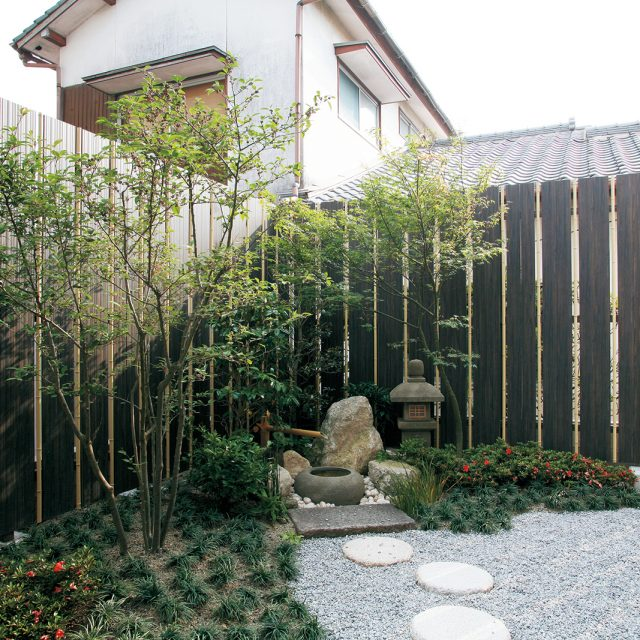 木目の温もりで囲ったお庭