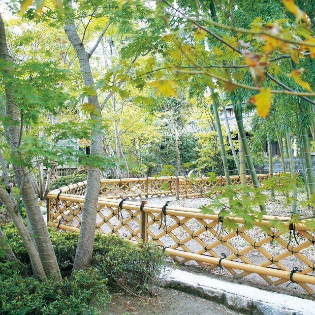 緑と調和する竜安寺垣フェンスL型