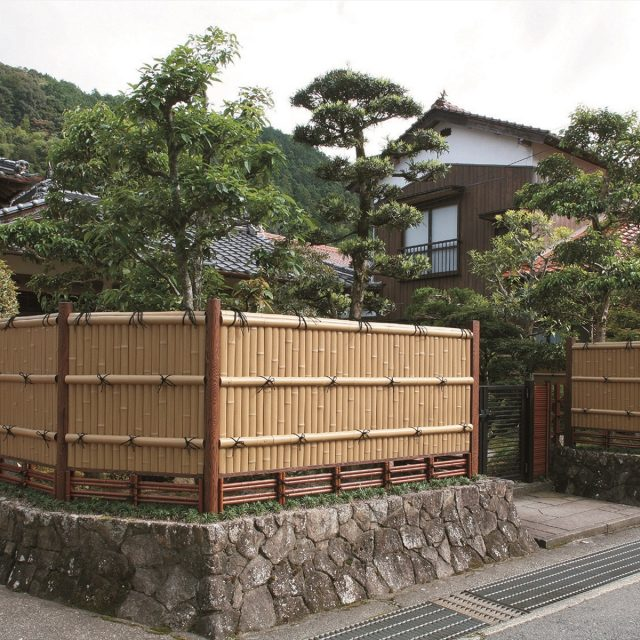 趣のある京銘竹を使用して落ち着いた門まわりに