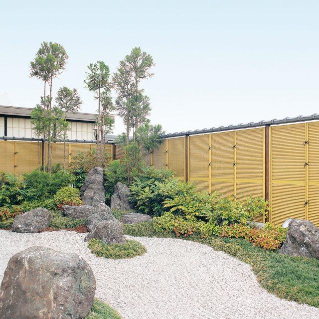 みす垣で囲み情緒ある純和風の庭園に
