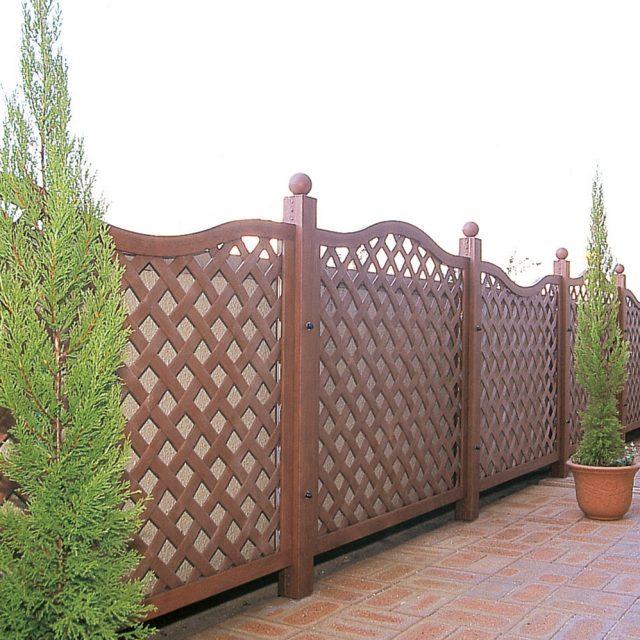 木目調の樹脂製フェンスでやさしい印象に