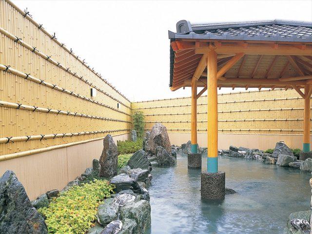 本格的な和風露天風呂と見事に調和した竹垣