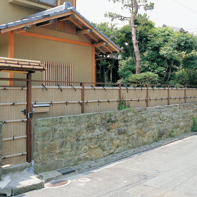 庭王門、庭王扉とエバーバンブー(古竹)の組み合わせ