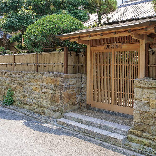 純和風の門構えにエバー古竹を組み合わせて風格のある門まわりに
