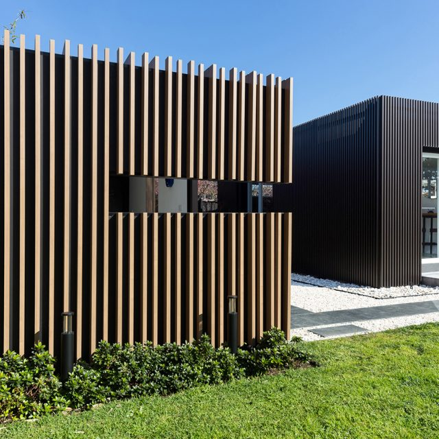 壁面の装飾を格子材を使ってデザイン(オーストラリア現場施工)