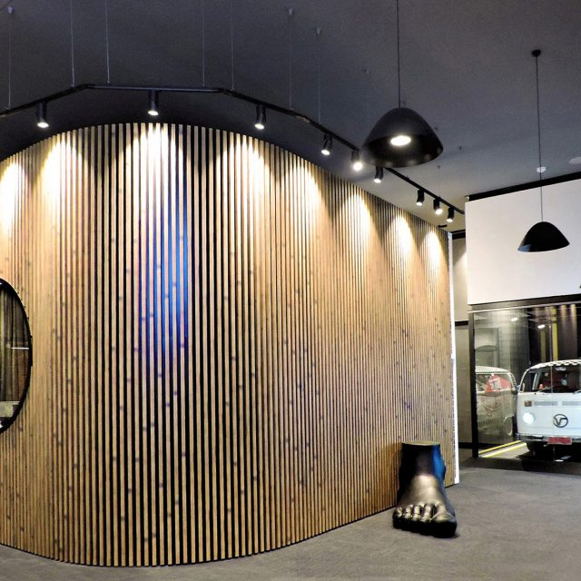 店舗の壁面を格子部材をつかって装飾(オーストラリア現場施工)