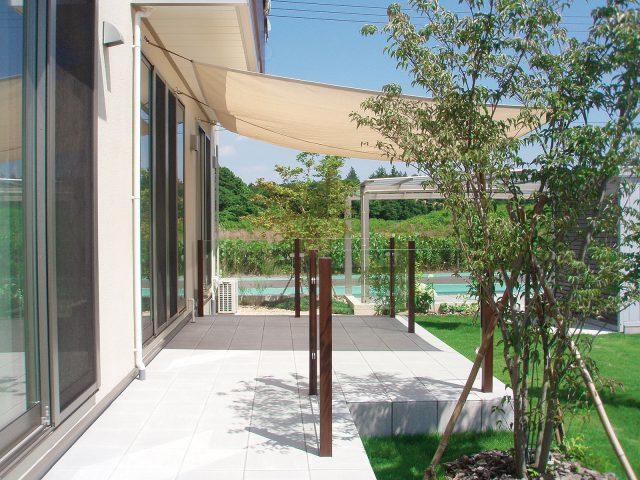 ガラスフェンスを使用した見通しのよいお庭