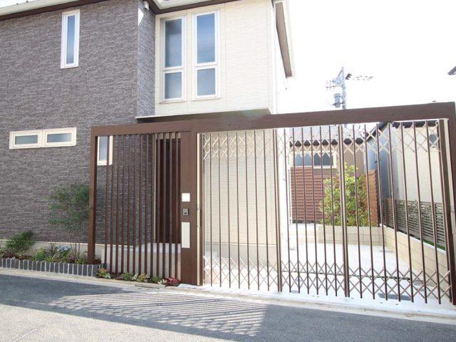 エバーアートゲー トを使用し、繋がりのあるホームヤードルーフシステムとデザイン門柱が玄関前に広がりと機能性を生み出します