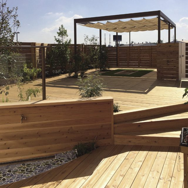 屋上駐車場にウッドデッキを使った保育園の園庭をつくる