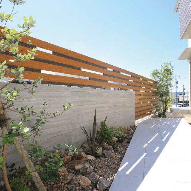 セラウォールの無機質に木目の優しさを組み込んだオリジナルフェンス