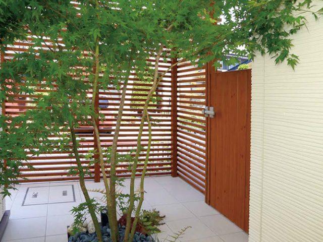 三方から見える坪庭をすだれ格子ユニットで目かくし