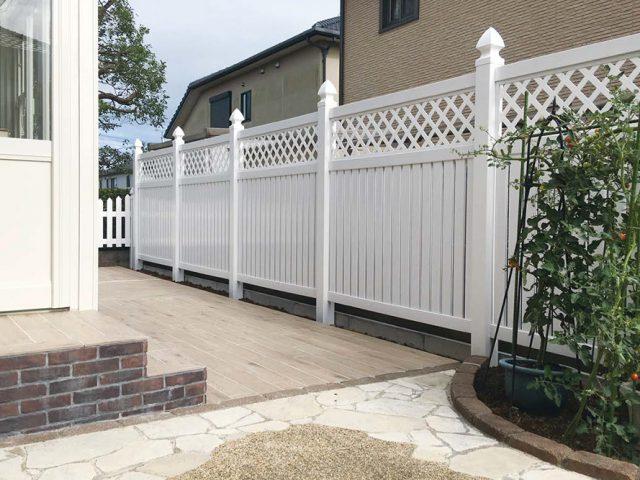 白さが美しいロイヤルフェンスと、床は雑草対策を兼ねタイル(セラウッディー)でメンテナンスを楽に