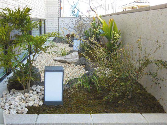 エバーアートボード(大谷石)が植栽とも調和し、和の雰囲気をより 一層引き立てます