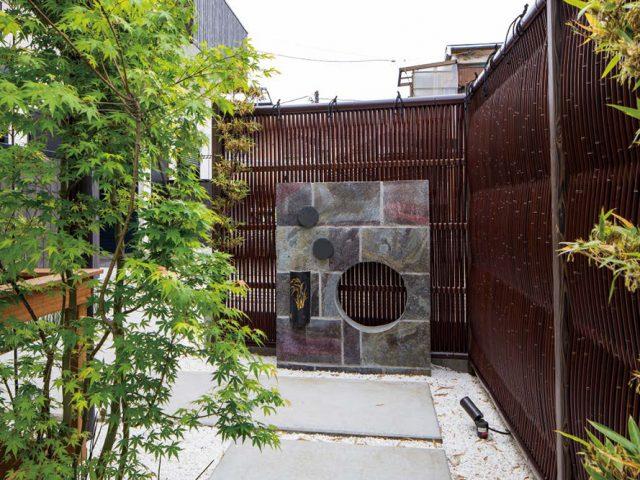 京都の小路をイメージ。e-バンブーユニット大津垣(すす竹)が空間に調和します