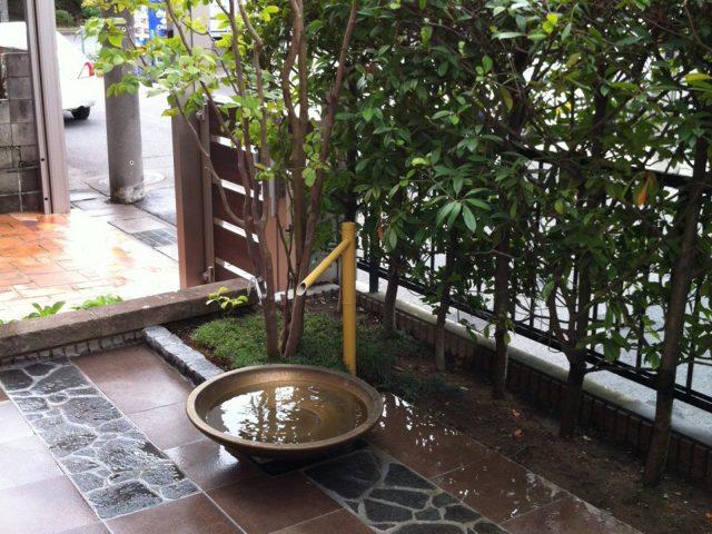 落ち着いた水鉢とも調和するセラ ネイチャー