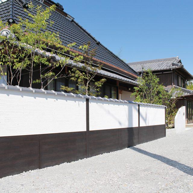 白壁にアートボード(京町家かきちゃ)を合わせて風情ある和風の景観に