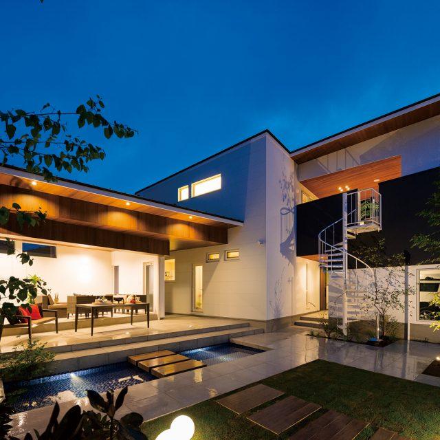 天井を木柄でデザイン。ナチュラルテイストな空間に