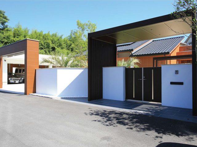 アジアンリゾートをテーマにしたお庭にホームヤードルーフシステムとシャッターゲートR型が調和します