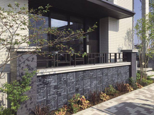 重厚感のある塀に格子材で水平ラインを強調