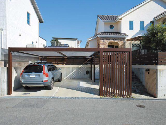 既設フェンスのカラーと高さに、ホームヤードルーフを合わせました。またアプローチを確保し生活しやすいように工夫しています