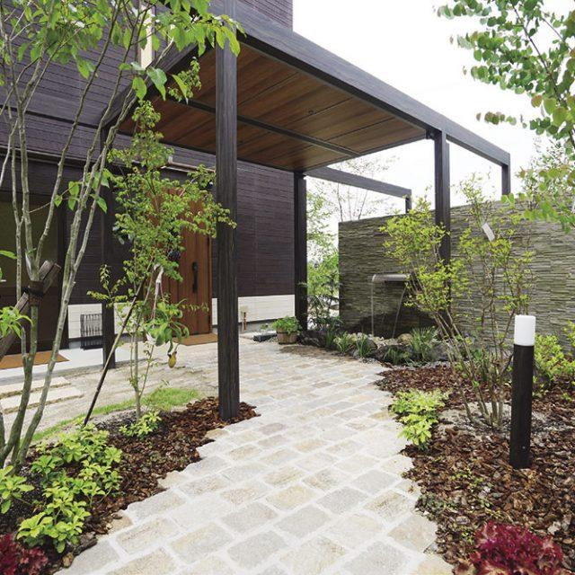 「店舗内で楽しむカフェと同等に楽しむ庭」をテーマに、リゾート感漂う雰囲気