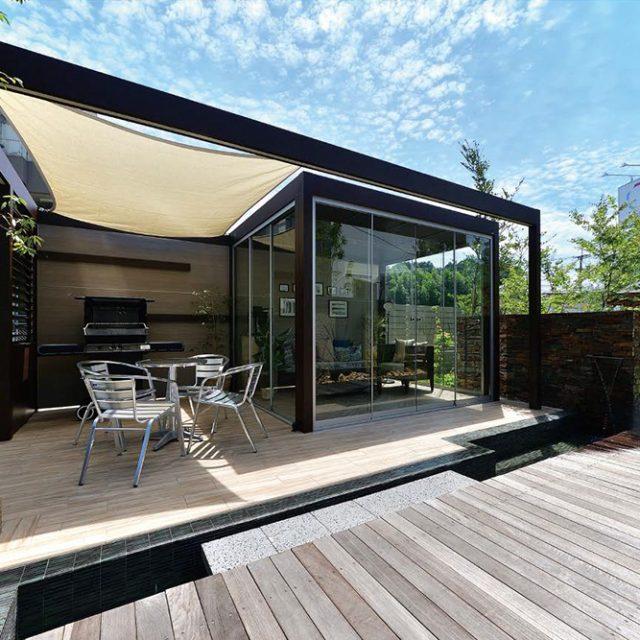 「オールグラスポーチ」でガラス越しに植栽の緑や 空・水の音を楽しめる癒しの空間に