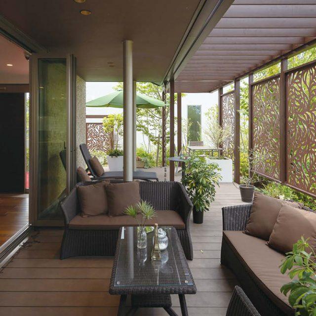 以前はデッキのみの空間でしたが、ほどよく目かくしになるデザインパネルと屋根を設置し家と庭が一体となる新たな空間に