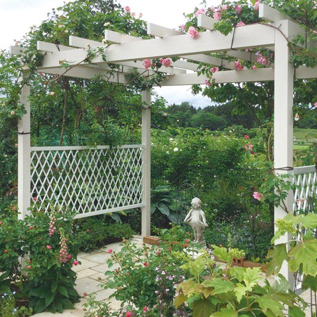 バラをささえるパーゴラとガーデンの入り口にある壁泉の涼やかな音は、訪れた人をやさしく迎えます