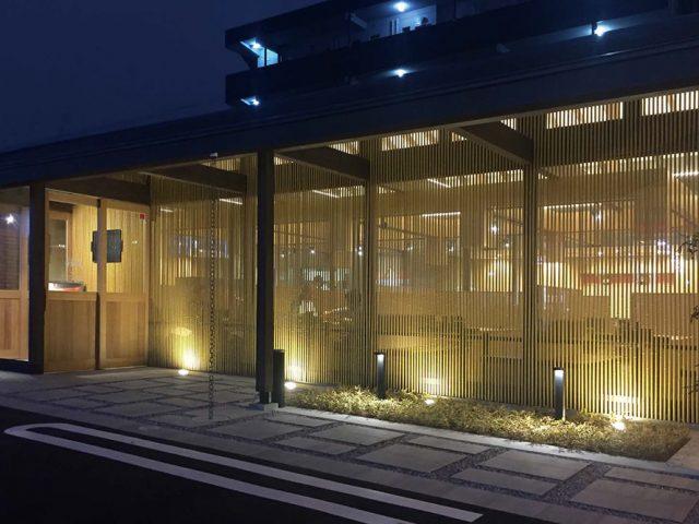 丸竹を一定の隙間で壁面全体に通すことで、和の持つ趣と、モダンな雰囲気を演出。 程良い目かくしで心地よい空間に