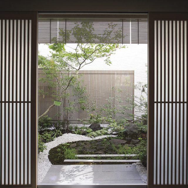 中庭が額縁の中の絵に見えるような和の空間に