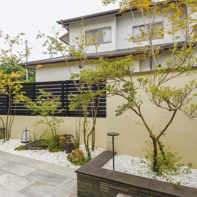 和室から坪庭への目線の高さを考慮し、御簾垣の高さ・植栽の配置・奥行感にこだわりました