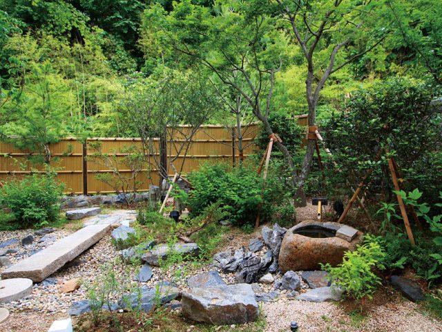 傾斜地にできた和風庭園。それに合わせるように周りの樹木や石をバランス良く配置