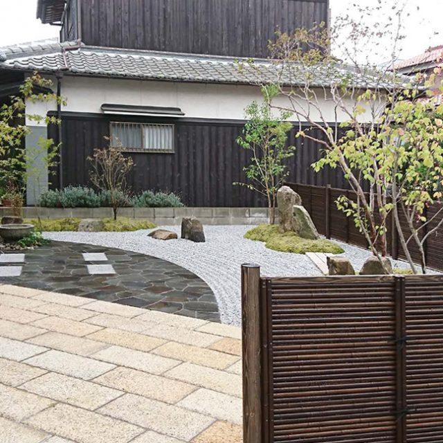 モダンな印象の御簾垣で背景をつくる事で、広いお庭を引き締めます