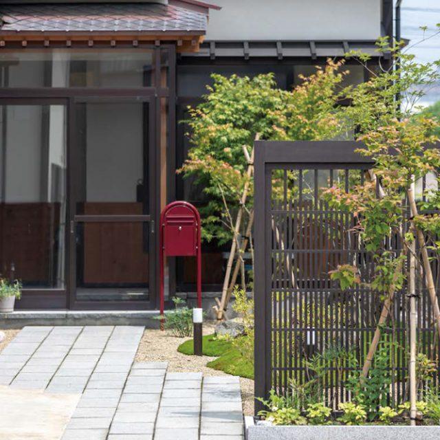 庭の仕切りの糸屋格子がフォーカルポイントになり京町屋の雰囲気を演出します