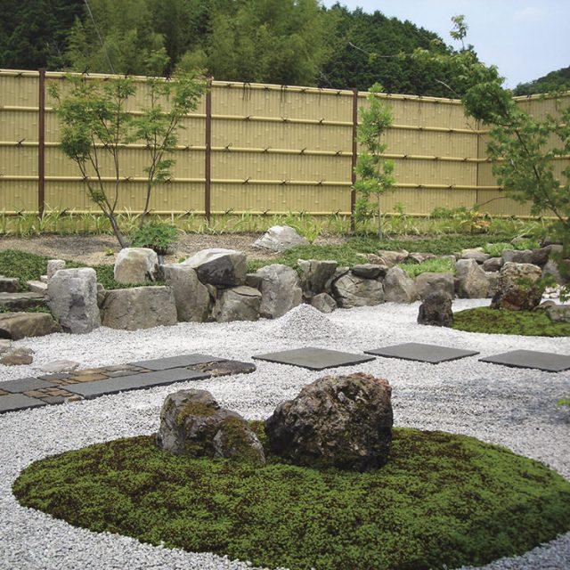 サウナと露天風呂から眺めることのできる和風庭園