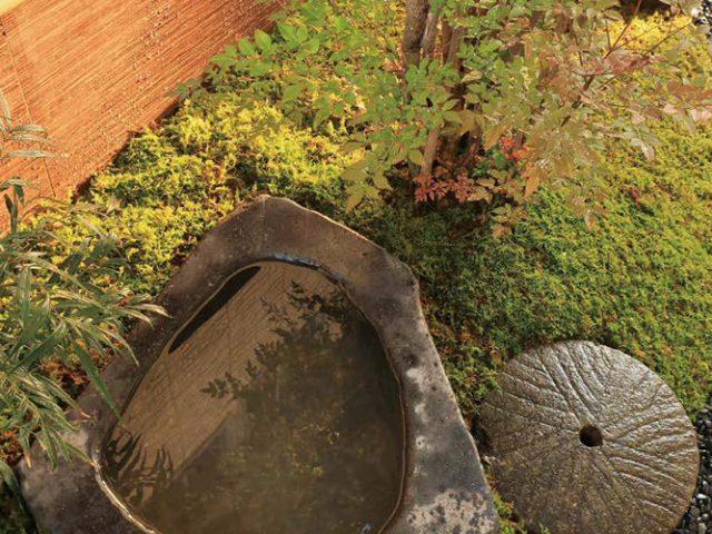 小さな坪庭の境界塀にエバーアー トボード(角萩)で落ち着いたスペースに