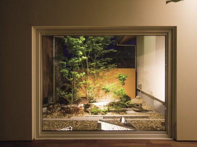 和風の建物の和室から見える坪庭の塀の風合いにこだわり