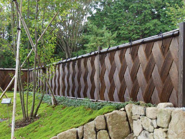 こだわりの竹垣で、高級感ある和の空間に