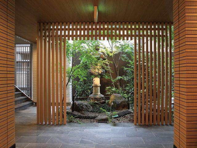 緑との調和、プライバシーの確保を配慮しながら自然溢れたエントランスに
