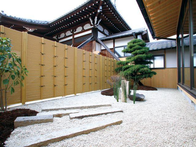エコ竹で作るみす垣が、本格和風の庭園と調和します