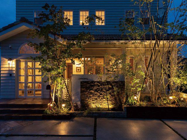 ナチュラルな空間に、それぞれの素材に合わせた光を配置して夜でも緑や門袖の素材感を感じることができます