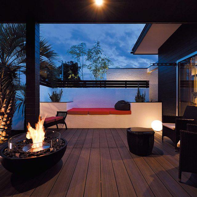 花壇とベンチを作ることで立体感と機能面を両立。ライティングの効果で奥行き感が生まれ、狭い空間も広く見せる演出に
