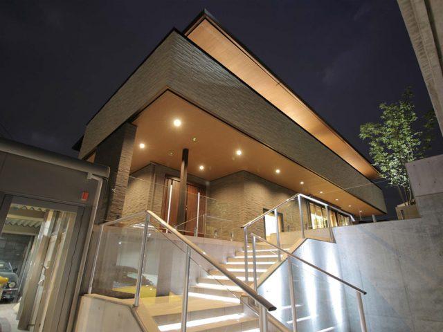 階段はライティングで夜も明るくし、ビュースルーフェンスでエントランス全体に広がりを持たせました