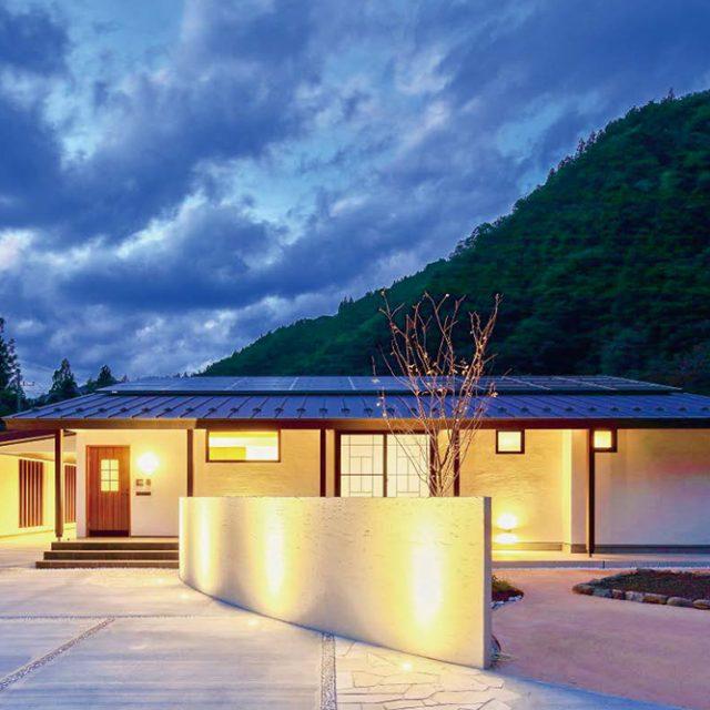 玄関前の局面状の壁面をグランドライトで照らし、玄関までのアプローチを優雅な演出に