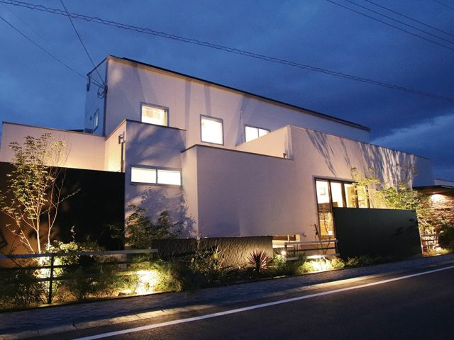 間口の広さをいかした照明配置で建物と植栽をライトアップ