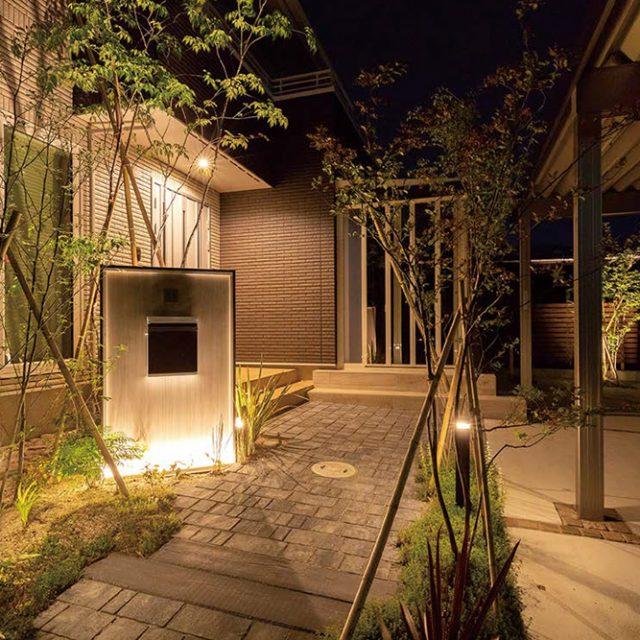 アプローチから玄関まわりの照明で夜間も安心