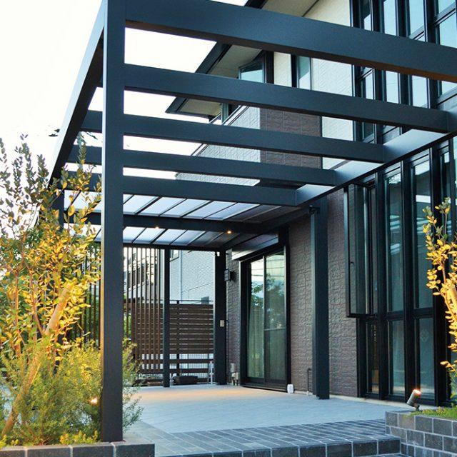 ホームヤードルーフシステムを使ってお庭をモダンなカフェスタイル空間に