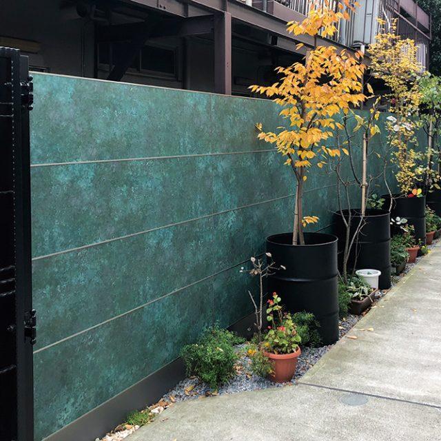 隣地境界部をエバーアートボードでリフォーム。インパクトのあるラストグリーンカラー