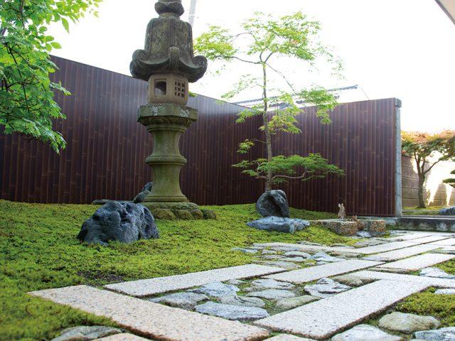 お庭の背景にエバーアートボードを使い、苔が美しく見える落ち着いた空間に