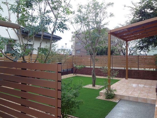 既存のタイルデッキを活かし、シンプルポーチを設置。明るくナチュラルなお庭に
